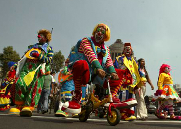 clowns in parade 251006_wk43_clowns_L