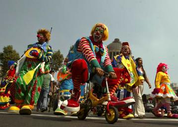 clowns in parade 251006_wk43_clowns_L